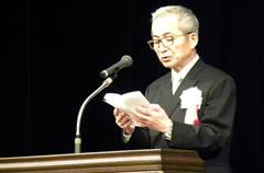 記念式典で開会の挨拶を行う香西会長