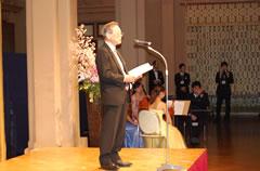 祝賀会で開宴の挨拶を行う設楽実行委員長