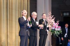 シャンパン抜詮 左から矢野副会長、香西会長、設楽実行委員長